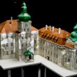 Makieta pałacu z dwoma wierzami i czerwonym spadzistym dachem