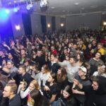 Grupa młodzieży zgromadzona w dużej sali
