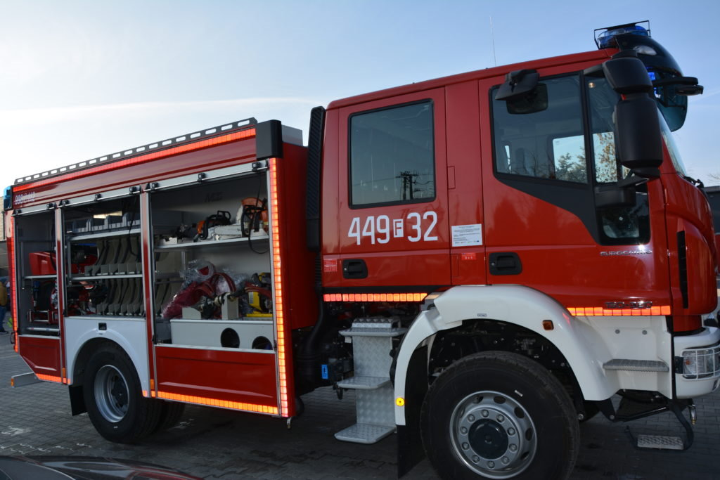 Nowoczesny samochód strażacki w kolorze czerwonym i białym