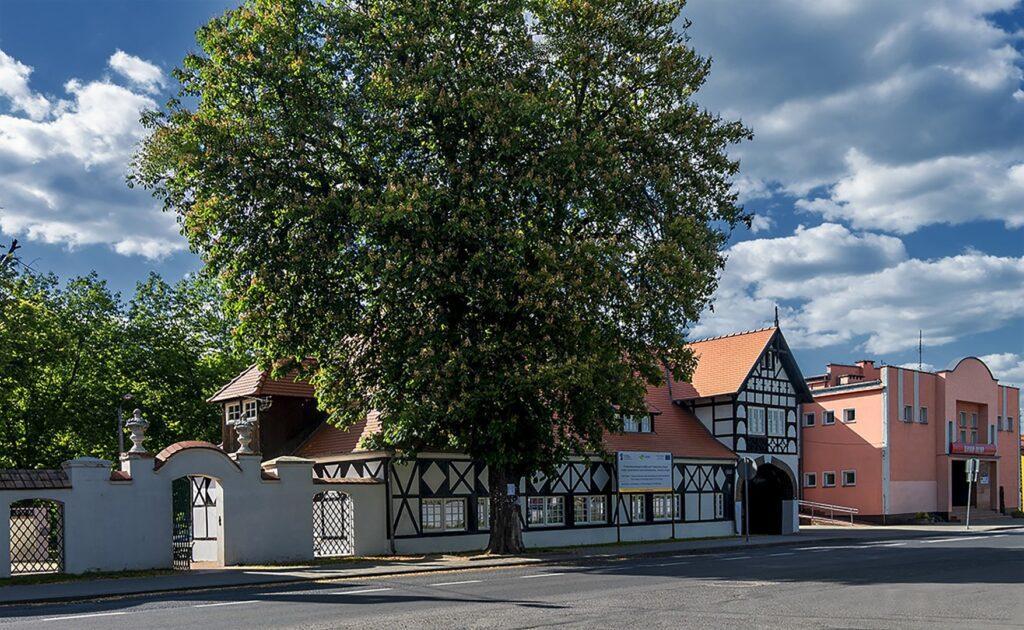 Sztachulcowy czarno-biały budynek z czerwonym spadzistym dachem