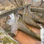Betonowa konstrukcja na rzece