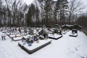 Nagrobki na cmentarzu pokryte grubą warstwą śniegu