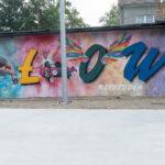 Kolorowy mural z napisem Iłowa na ścianie budynku