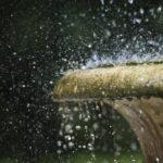 Krople wody uderzają i kamienne naczynie